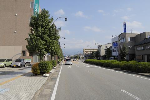 魚津駅前からの大通り